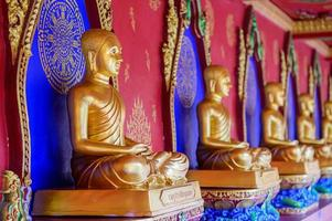 Provincia de Krabi, Tailandia, 19 de mayo de 2019 - estatuas de Buda de oro en un templo foto
