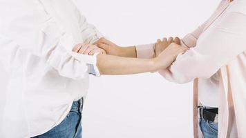mujeres agarrando los brazos foto