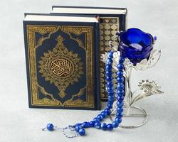 concepto de año nuevo islámico con libro de corán foto