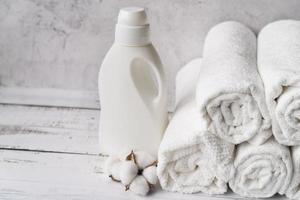 pila de toallas con suavizante de ropa foto