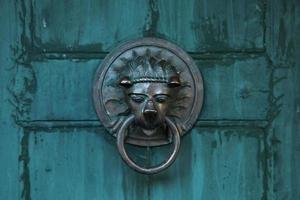 manija de puerta antigua en forma de león foto