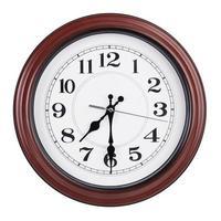reloj redondo muestra las siete y media foto