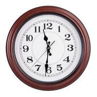 once y media en el reloj redondo foto