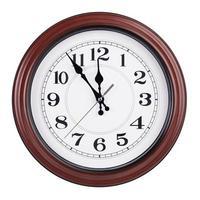 reloj redondo muestra cinco minutos para las doce foto