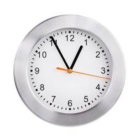 exactamente las cinco en punto en un reloj redondo foto