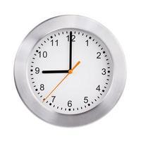 exactamente las nueve en punto en un reloj redondo foto