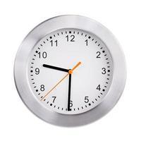 el reloj de la oficina muestra las nueve y media foto