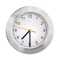 el reloj de la oficina muestra las siete y media foto
