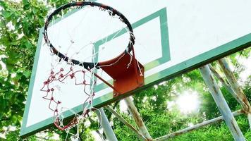 cesta de basquete no estádio público ao ar livre. video