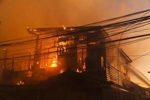 el fuego esta quemando la casa foto