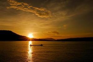 vida de los pescadores a lo largo del hermoso atardecer del río mekong foto