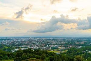 Ciudad de Hat Yai con cielo crepuscular en Songkhla en Tailandia foto