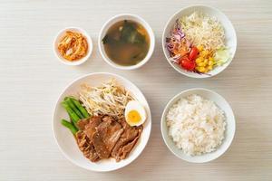 salteado de cerdo teriyaki con semillas de sésamo, brotes de frijol mungo, huevo cocido y arroz foto