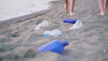 pessoas da lavoura coletando lixo na praia video