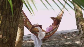 kvinna som sitter i hängmatta läser bok, costa rica. sköt på röd epik för högkvalitativ 4k, uhd, ultrahd -upplösning. video