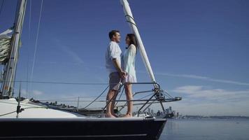 ungt par på segelbåt tillsammans. sköt på röd epik för högkvalitativ 4k, uhd, ultrahd -upplösning. video