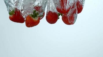 jordgubbar som stänker i vatten i slowmotion -skott på phantom flex 4k vid 1000 fps video