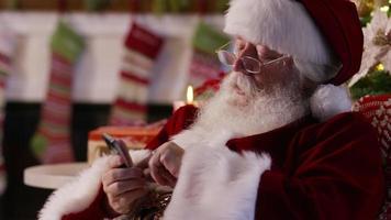 jultomten med mobiltelefon, närbild video