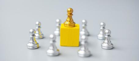 golden chess pawn pieces or leader  businessman with circle of silver men. victory, leadership, business success, team, and teamwork concept photo