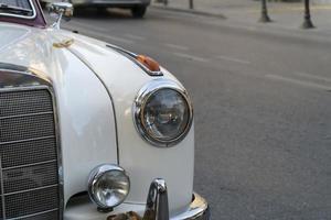 Cerrar el detalle de los faros de un coche alemán antiguo en el exterior foto