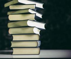 los libros se colocan en una pila de libros sobre la mesa foto