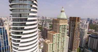 schöne Aussicht auf große Stadtgebäude video