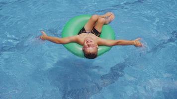 pojke i poolen simning med innertube. sköt på röd epik för högkvalitativ 4k, uhd, ultrahd -upplösning. video