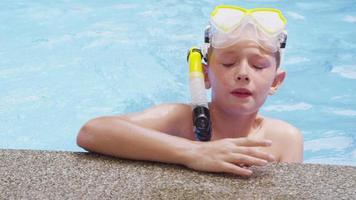 porträtt av pojke i poolen med snorkelutrustning. sköt på röd epik för högkvalitativ 4k, uhd, ultrahd -upplösning. video