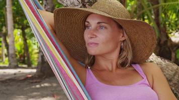 närbild av kvinna som sitter i hängmatta avkopplande, costa rica. sköt på röd epik för högkvalitativ 4k, uhd, ultrahd -upplösning. video
