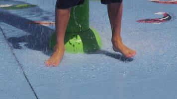 primer plano, de, niños, pies, juego, en, fuentes de agua, en, verano, día, cámara lenta video
