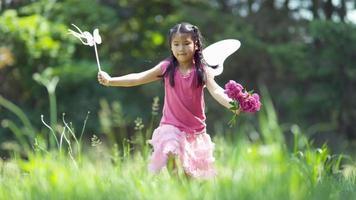 flicka i fairy princess kostym som körs i gräs, skjuten på fantom flex 4k video