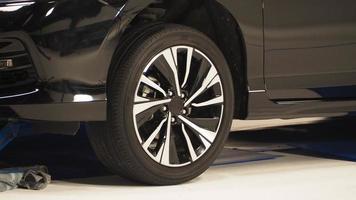 Vista lateral de partes de carrocería. piezas de automóviles, como la rueda de la ventana foto