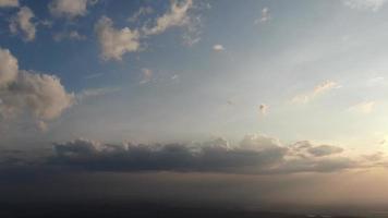 luchtfoto blauwe lucht met de wolken, siberië, rusland video