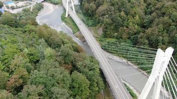 luchtfoto van tuibrug op de weg naar krasnaya polyana. sochi, rusland. video