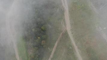 drone daalt af uit de lucht door wolken, sochi, rusland video