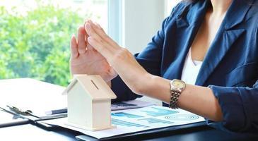 Cerrar la mano de la mujer que sostiene el concepto de casa modelo de comprar casa foto