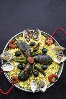 Paella de arroz y marisco mixto famosa comida española tradicional portuguesa foto