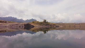lago artificiale alpino con diga video