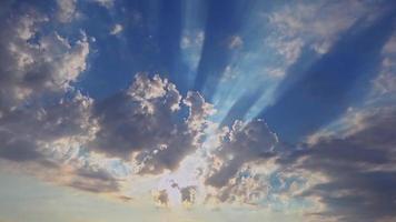 hemellichten boven blauwe wolken die door de lucht trekken video