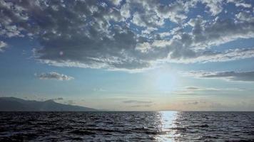 kustwolken die in de lucht bewegen video