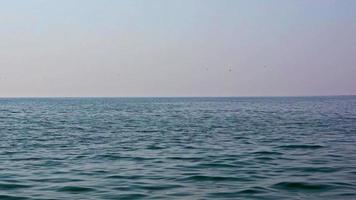 onde dell'oceano blu e sfondo trasparente orizzonte chiaro video