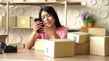 asiatisk kvinna företagare som arbetar hemma - online shopping koncept video