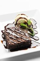 postre vegano de brownie de chocolate con helado de vainilla sin lácteos foto