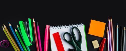 volver al concepto de escuela. suministros de oficina en el fondo de la pizarra. formato de banner foto