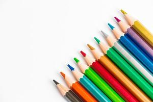lápices de madera de colores aislados sobre fondo blanco. paleta multicolor para dibujar, lugar para texto. foto