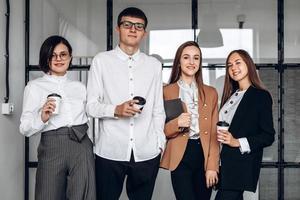 después de una larga reunión, compañeros de trabajo beben café foto