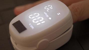 fingerpulsoximeter som används för att mäta puls och syre video
