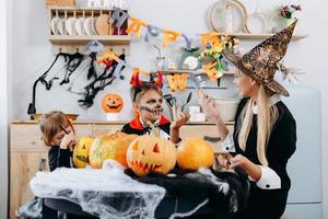 la madre y los niños están hablando y se divierten en casa. -concepto de Halloween foto