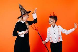 la madre y el sol en el maquillaje de la mascarada del diablo se asustan. concepto de halloween foto