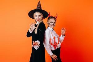 madre y sol en maquillaje de mascarada de diablo. concepto de halloween foto